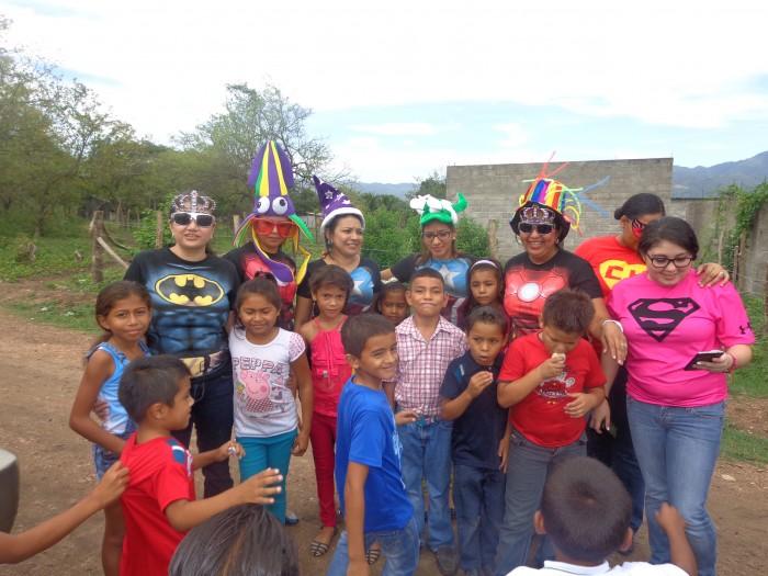 Superhéroes de Confecciones del Valle festejan con niños de escuela Frances Charles